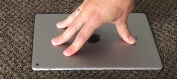 Die Rückseite des iPads klopfen